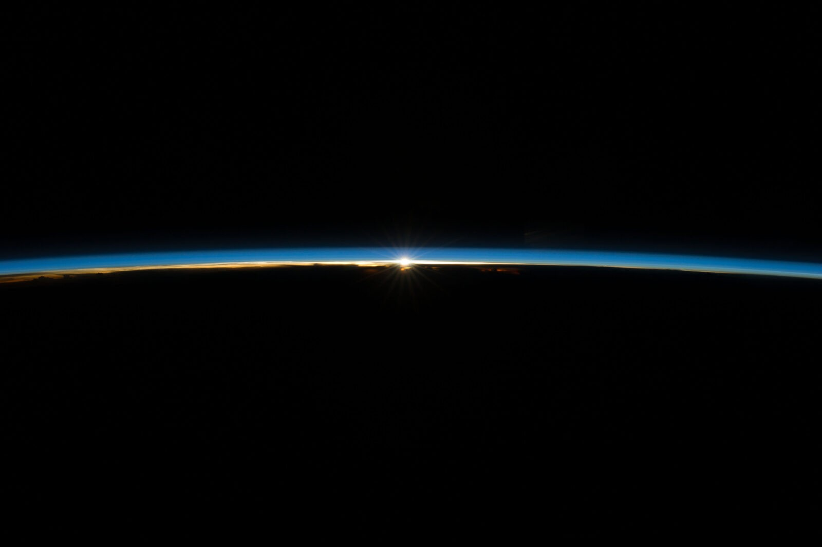 Earth's thin blue atmosphere_ISS_040e008179